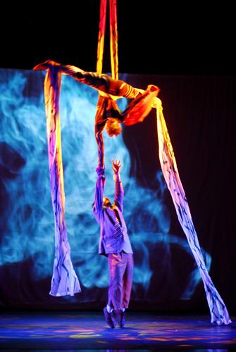 A Nau de Ícaros é um grupo artístico que, desde 1992, cria espetáculos e intervenções que transcendem os limites entre circo, teatro e dança